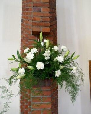 Jolenty w Gnieźnie - kule ratanowe i białe kwiaty