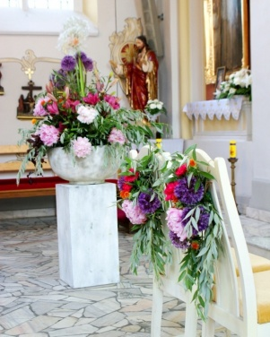 Kościół św. Mikołaja w Powidzu - kolorowe kwiaty