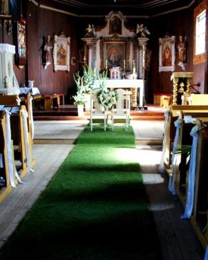 Kościół św. Marcina w Pawłowie - po trawie do ołtarza